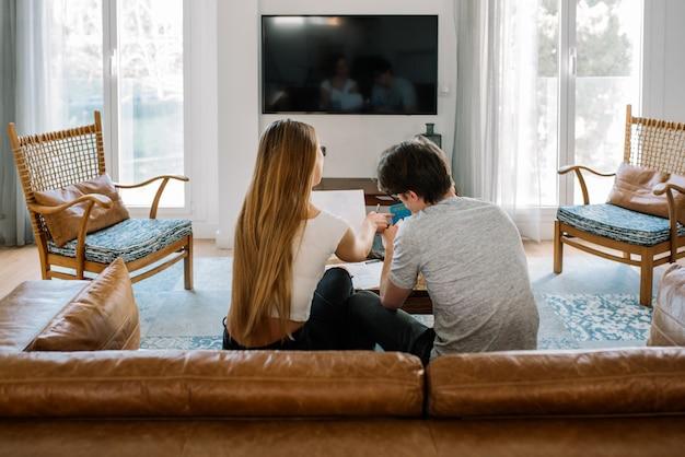 Couple avec des problèmes financiers à la maison