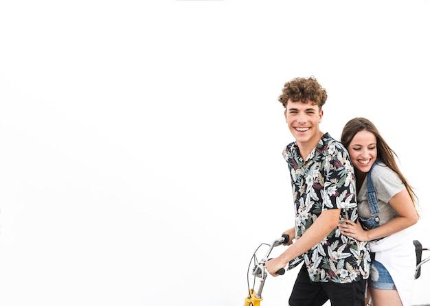 Couple profitant de la balade à vélo sur fond blanc