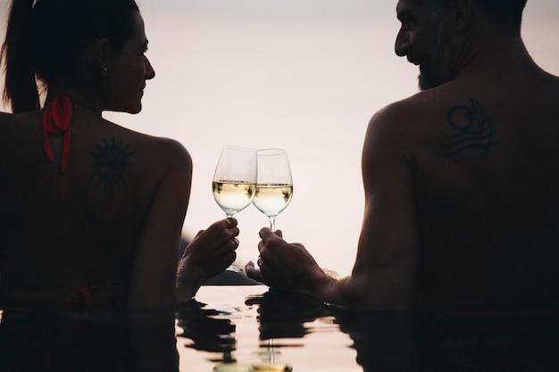 Couple profitant d'un coucher de soleil romantique