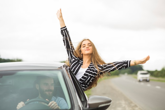 Couple profitant du voyage sur la route