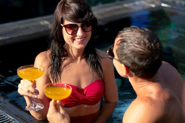 Couple profitant de leur journée à la piscine