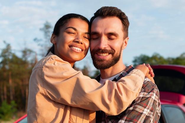 Couple profitant de leur temps ensemble lors d'un voyage