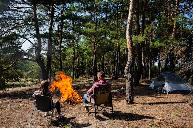 Couple profitant de la nuit à la lumière du feu