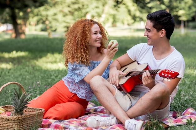 Couple profitant d'un pique-nique au parc