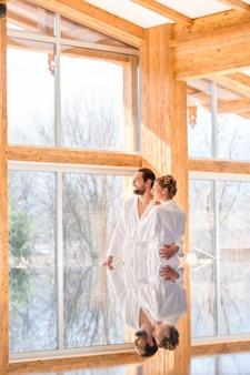 Couple profitant de la vue sur la piscine spa bien-être