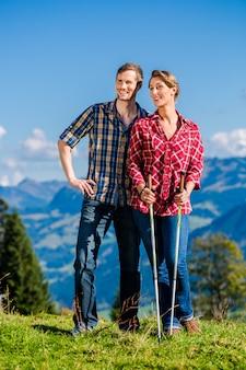Couple profitant d'une vue de randonnée dans les montagnes alpines