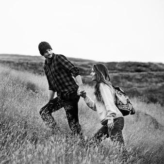 Couple profiter de la nature ensemble
