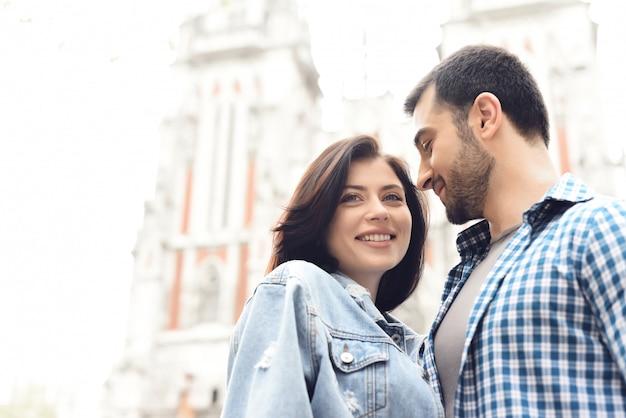 Couple promenades touristiques près de la cathédrale catholique.
