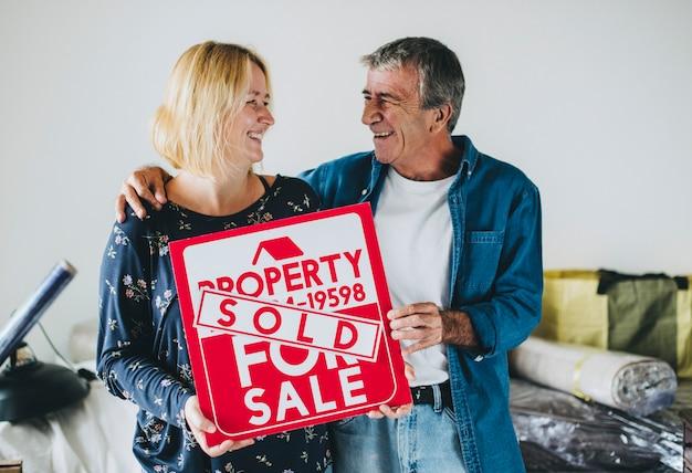 Couple avec une propriété à vendre