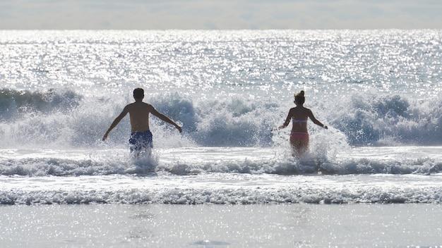 Un couple qui court dans l'eau, san diego, usa