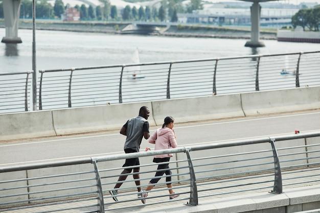 Couple qui court dans la ville