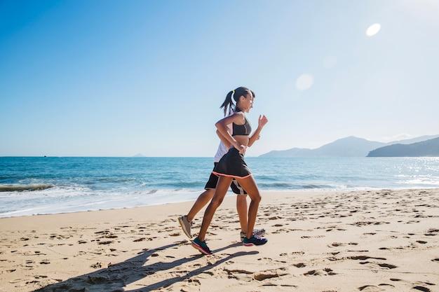 Couple qui court à la plage