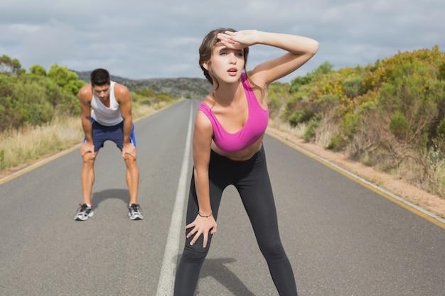 Couple qui court sur la route ouverte ensemble
