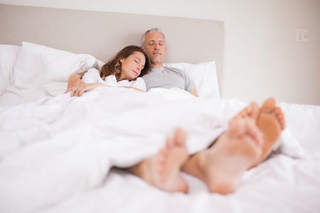 Couple qui dort dans leur chambre