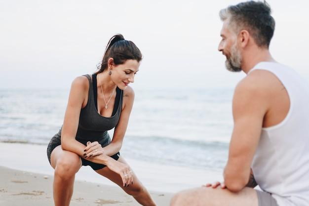Couple qui s'étend à la plage