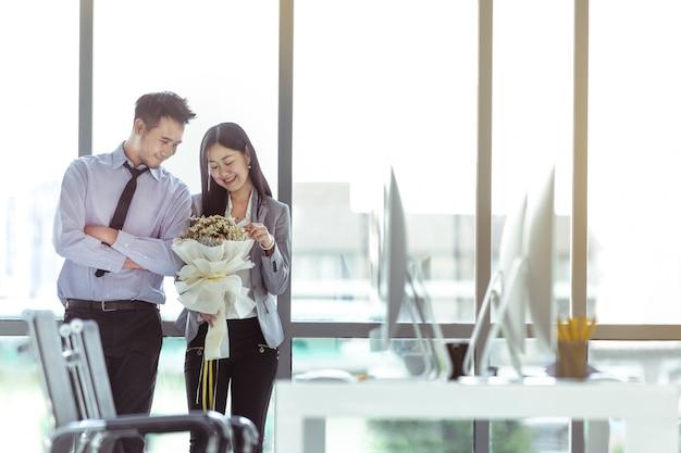 Un couple qui tombe amoureux au bureau.