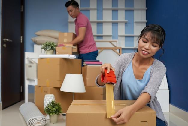 Couple quittant l'appartement