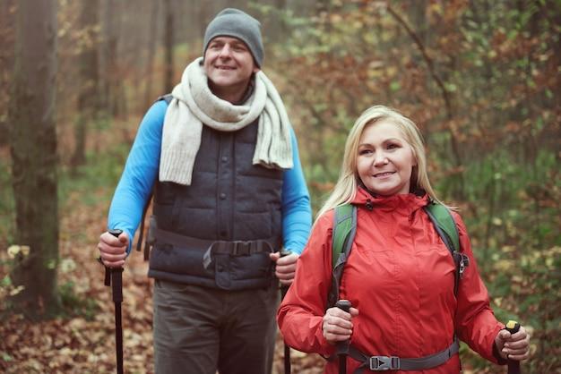 Couple de randonnée au cours de l'automne