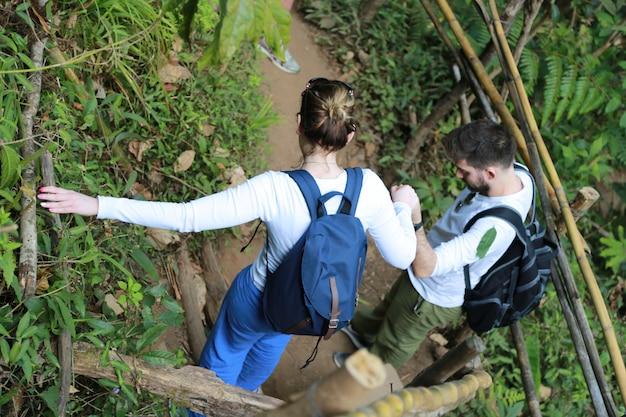 Couple en randonnée à chiang mai en thaïlande
