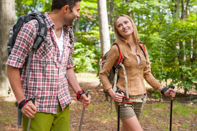 Couple en randonnée dans la forêt