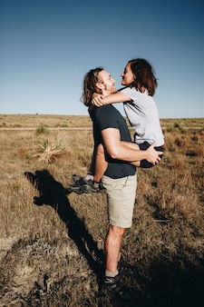 Couple de randonnée ensemble dans le désert