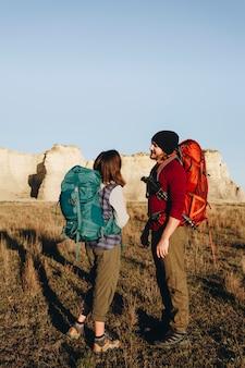 Couple, randonnée, ensemble, dans, désert