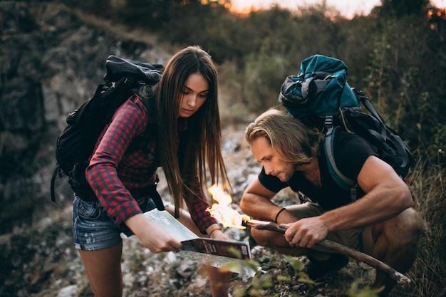 Couple, randonnée, montagnes