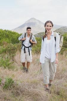 Couple de randonnée à pied sur un paysage de campagne