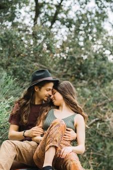 Couple de randonneurs amoureux assis dans la nature