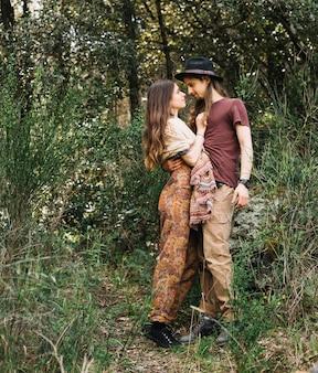 Couple de randonneurs amoureux s'embrassant dans la nature