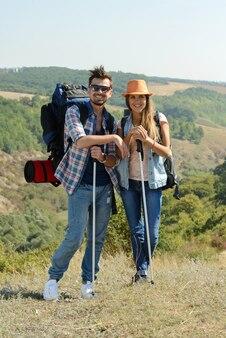 Couple de randonneurs heureux à la campagne.