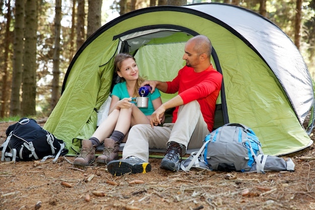 Couple de randonneurs se reposant dans la tente