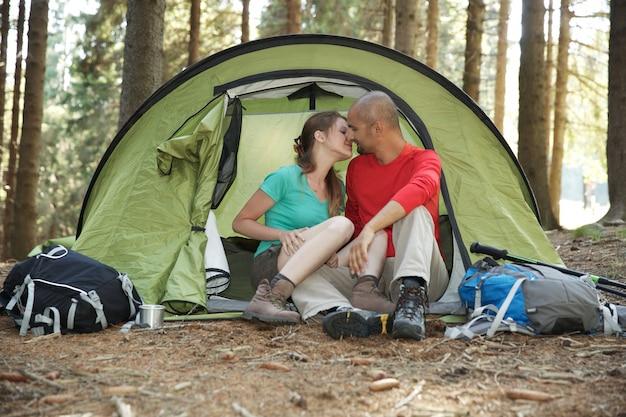 Couple de randonneurs sous tente
