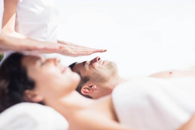 Couple recevant un massage de la tête d'un masseur dans un spa