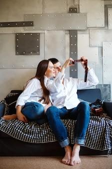 Couple à la recherche de photos sur film photographique