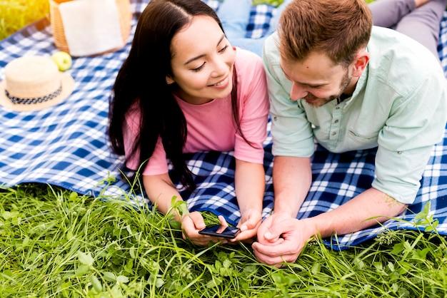 Couple à la recherche de photos sur le téléphone