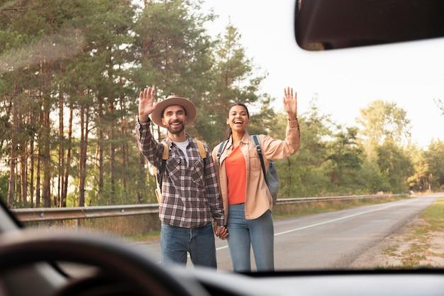 Couple à la recherche de voiture en voyage