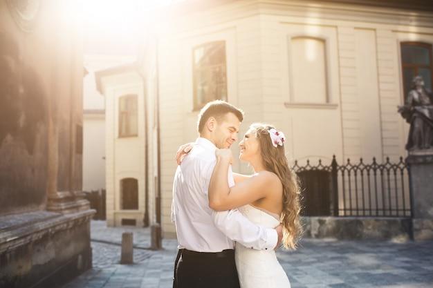 Couple regardant les uns les autres en souriant
