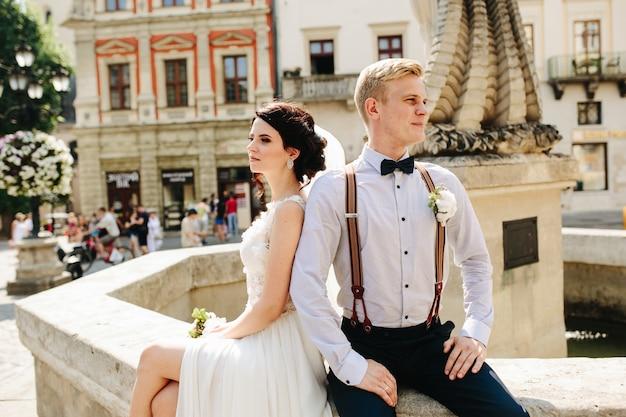 Couple regardant dans des directions opposées