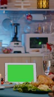 Couple regardant un écran vert horizontal sur une tablette