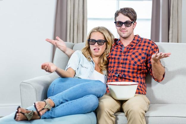 Couple regardant un film en 3d dans le salon