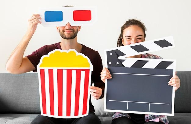 Couple regardant un film à la maison ensemble