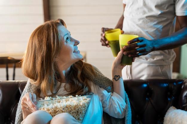 Couple regardant un film en mangeant du pop-corn