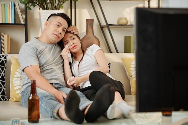 Couple regardant un film triste