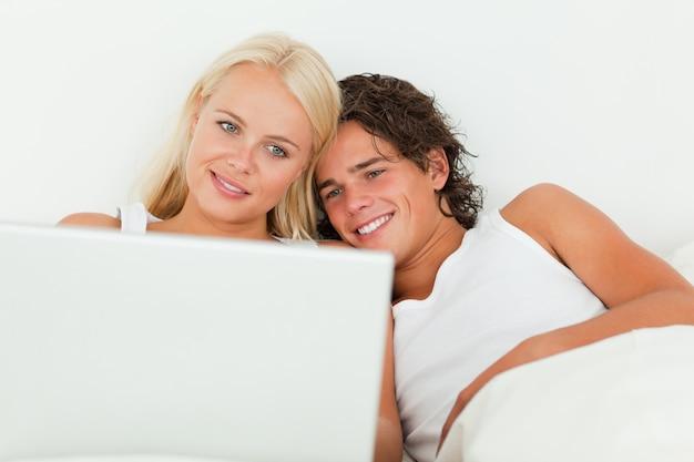 Couple regardant un film