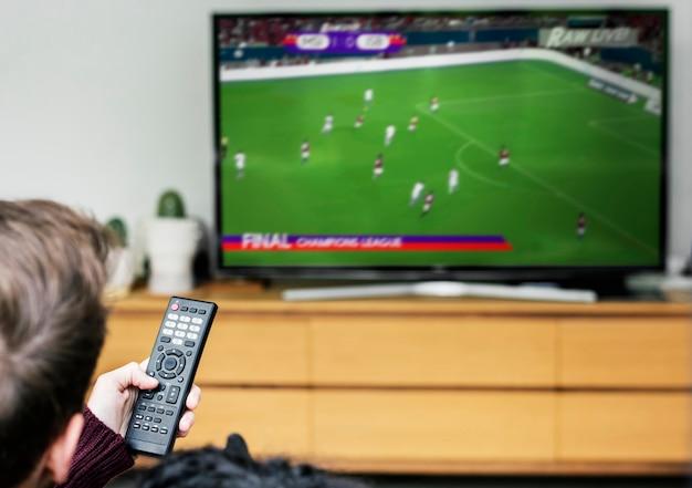 Couple regardant un match de football à la télévision