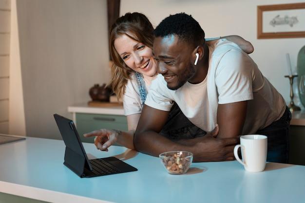 Couple regardant netflix ensemble à l'intérieur