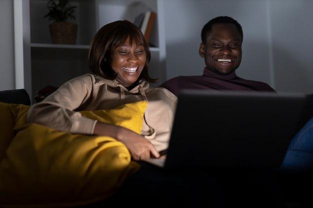 Couple regardant netflix ensemble à la maison