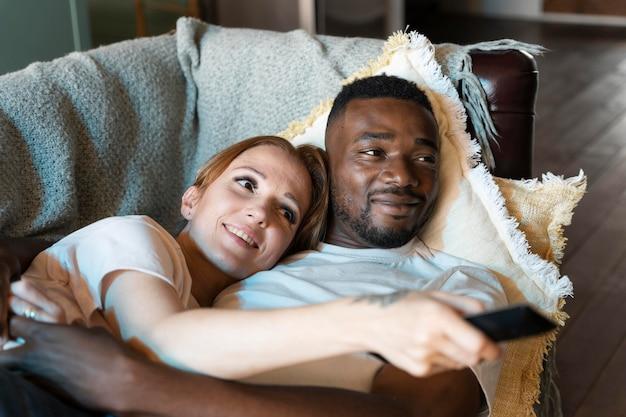 Couple regardant netflix ensemble
