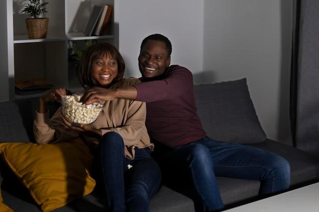 Couple regardant netflix à la maison à l'intérieur